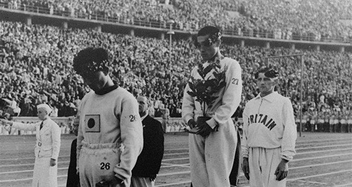 Les sportifs sur le podium pendant les JO de Berlin de 1936
