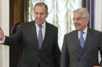 Les ministres des Affaires étrangères russes et pakistanais Sergueï Lavrov et Khawaja Asif réunis à Moscou le 20 février 2018
