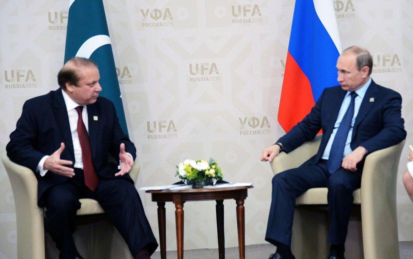 Le président russe Vladimir Poutine et le Premier ministre pakistanais Nawaz Sharif à Oufa, Russie, 2015