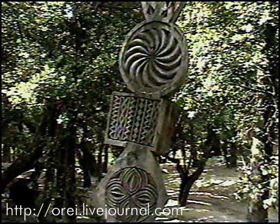 Une colonne générique (totémique) de Kalash avec une rosette