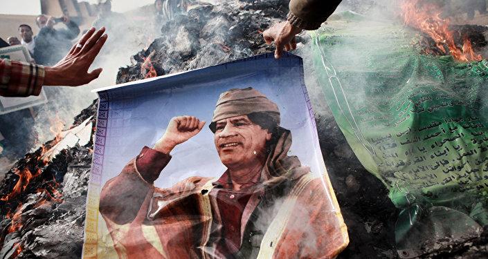 Les habitants de Benghazi brûlent des portraits de Mouammar Kadhafi, des banderoles avec ses citations et son livre vert