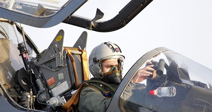 Le pilote français d'un chasseur à réaction Mirage 2000 de l'armée de l'Air s'apprête à décoller pour une mission en Libye, à la base aérienne de Solenzara 126, sur l'île de Corse.  (Fichier)