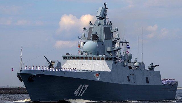 Frégate amiral Gorshkov lors de la parade navale répétition générale le jour de la Marine à Cronstadt