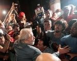 Luiz Inacio Lula da Silva a prononcé un discours enthousiaste devant des milliers de sympathisants peu de temps avant d'être transporté en prison.