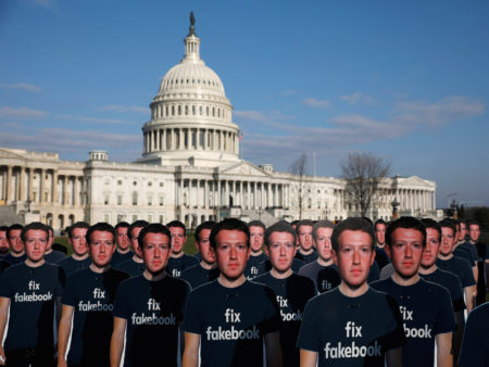 Des images en carton de Mark Zuckerberg pendant une manifestation Avaaz.org à Washington,l e 10 avril 2018. REUTERS/Aaron P. Bernstein