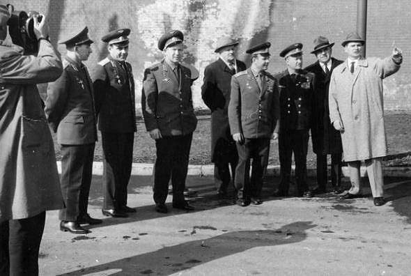 Valentin Glushko raconte aux cosmonautes soviétiques le travail du GDL dans le ravelin Ioannovski, 1965