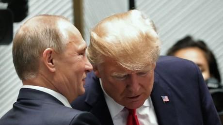 Le président russe Vladimir Poutine et le président américain Donald Trump à la réunion des dirigeants de la Coopération économique Asie-Pacifique.  © Michael Klimentyev