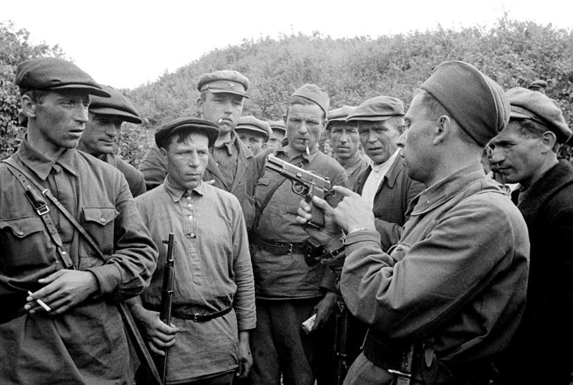 Partisan enseigne à utiliser des armes à ses compagnons.  Région de Smolensk