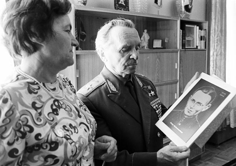 Erna Schmenkel (à gauche), veuve de Fritz Schmenkel, avec un portrait de son mari.