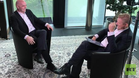 """""""C'est sûr d'aller en Russie"""", a déclaré le président de la FIFA, Infantino, à Peter Schmeichel."""