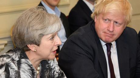 Le Premier ministre Theresa May à côté du ministre des Affaires étrangères Boris Johnson, lors d'une réunion du cabinet en 2017.