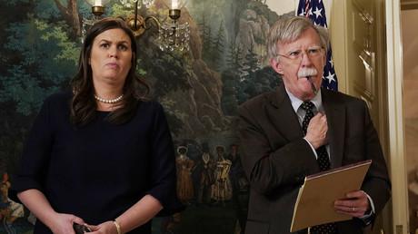 La secrétaire de presse de la Maison Blanche, Sarah Huckabee Sanders et le nouveau conseiller à la sécurité nationale John Bolton regardent le président américain Donald Trump annoncer des frappes militaires sur la Syrie lors d'une déclaration à la Maison Blanche à Washington, le 13 avril 2018. © Yuri Gripas
