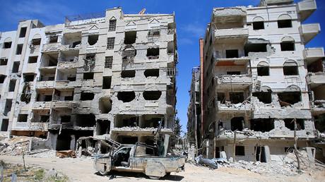 Un bâtiment endommagé est vu dans la ville de Douma, Damas, Syrie le 16 avril 2018. © Ali Hashisho