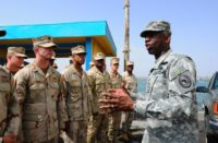 Le général William 'Kip' Ward, commandant du Commandement Afrique des Etats-Unis, s'entretient avec des marins lors de la mise en place d'une force de sécurité du port militaire américain au Port de Djibouti