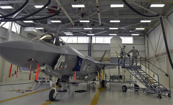 Des aviateurs enfilent leurs accessoires de sécurité pour préparer la maintenance un F-35A Lightning II.