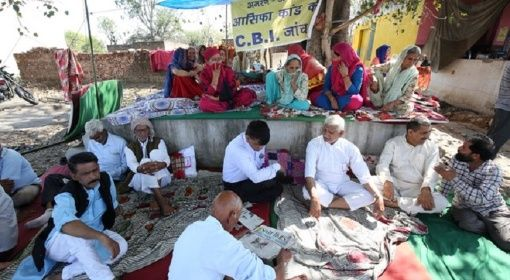 Des villageois entament une grève de la faim pour demander une enquête du Bureau central d'enquête (CBI) sur le viol et le meurtre d'une fillette de huit ans dans le district de Kathua, au sud de Jammu, le 12 avril 2018.