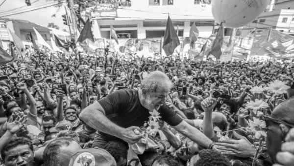 L'ancien président brésilien Lula est hissé par ses partisans après avoir pris la parole au siège de l'ABC Steelworkers Union.