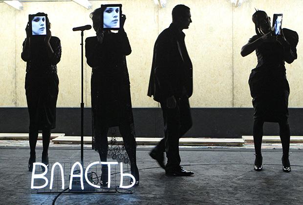 """Performance de """"Okolonol"""" par Kirill Serebrennikov"""