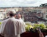 Le pape François apparaît avant de délivrer son message de Pâques dans l'adresse Urbi et Orbi (à la ville et au monde) depuis le balcon donnant sur la place Saint-Pierre au Vatican le 1er avril 2018.