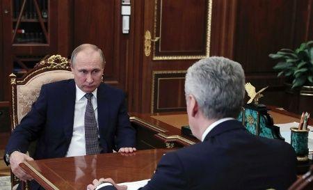 Le président russe Vladimir Poutine (à gauche) rencontre le maire de Moscou, Sergueï Sobianine, à Moscou, en Russie, le 14 avril 2018.