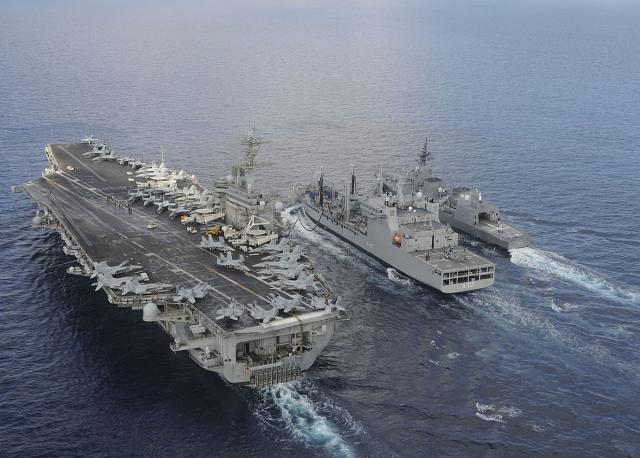 Porte-avions américain et navires japonais lors d'exercices conjoints