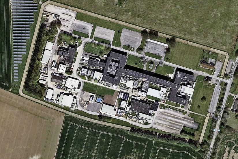 Base sur Google Maps: fil de fer barbelé, des bandes de contrôle, le champ de panneaux solaires, parking.  Photos: maps.google.com