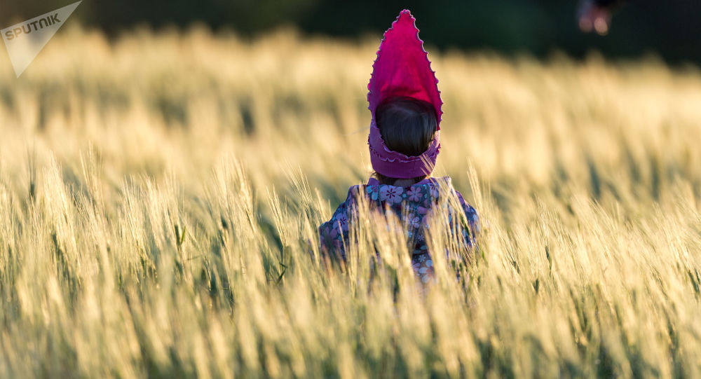 La fille dans le champ