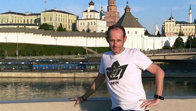 Justin Walley se promène à Kazan le long du front de mer