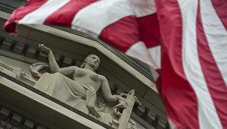 Le drapeau américain est devant le ministère de la Justice à Washington.  Photo d'archive