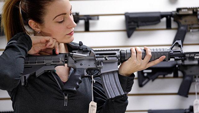 Fille avec un fusil automatique dans un magasin vendant des armes aux États-Unis.  Photo d'archive